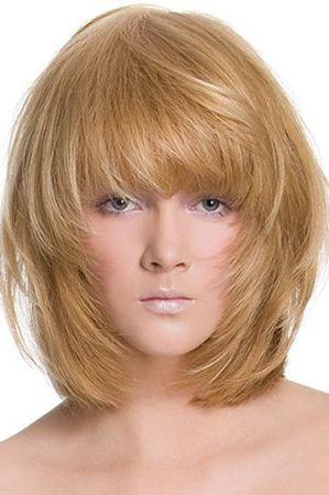 каскад з чубком на середні волосся
