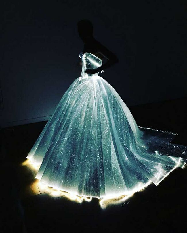 Світиться плаття актриси змусило всіх ойкнути від подиву!