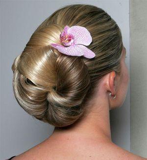 зачіска з квітами