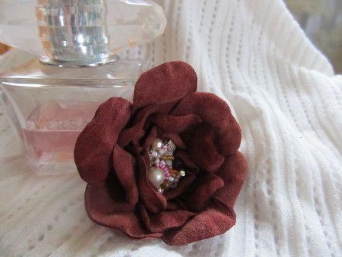 Чудова мальва для прикраси сумки і одягу: як зробити квітку зі шкіри